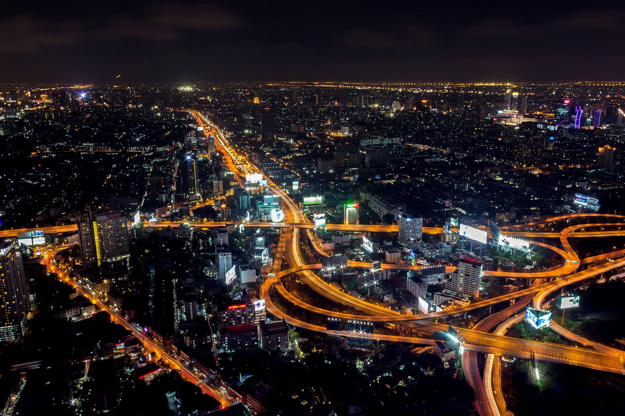 Полет в ночном городе картинка