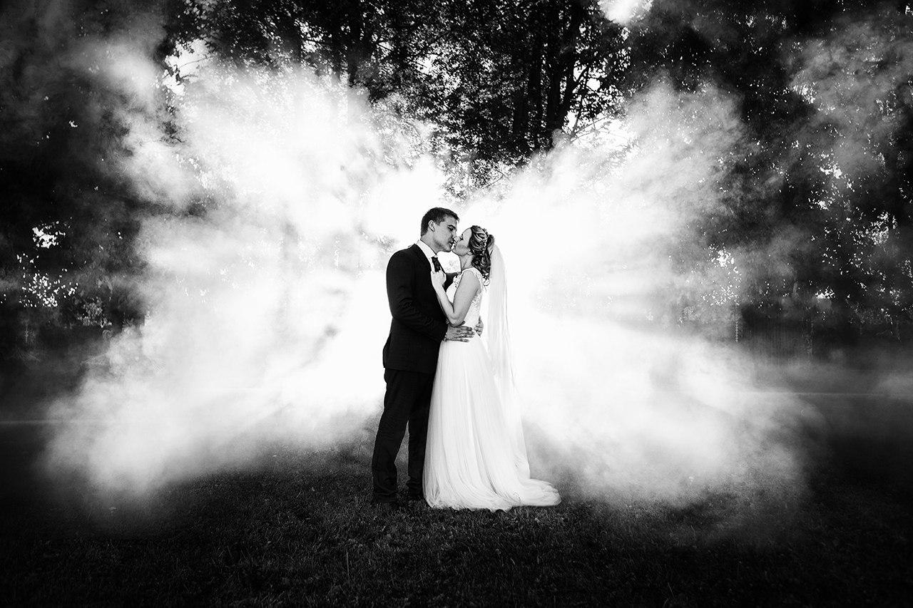 люди делают объективы для свадебной фотографии том периоде